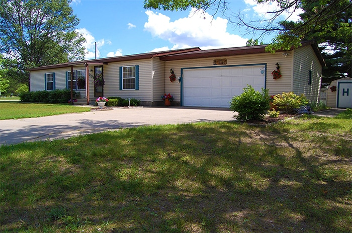 Beautiful home near Grayling including central air, 3 bedrooms, 2 full baths, and more >>